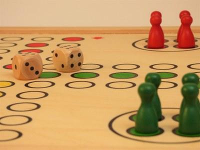 Tarda d'entreteniment amb jocs de societat