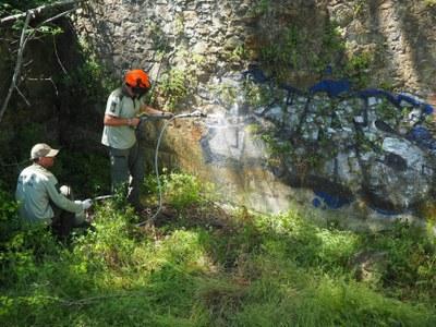Actuacions de neteja de grafits a indrets diversos del Parc de la Serralada Litoral