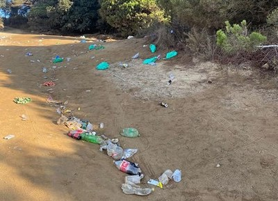 ADF i entitats del Parc de la Serralada Litoral recullen residus de botellots al camí de la Cornisa i entorn de Sant Mateu