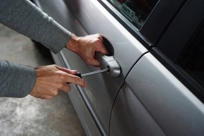 Detingut un home per cinc robatoris amb força a vehicles de Premià de Dalt