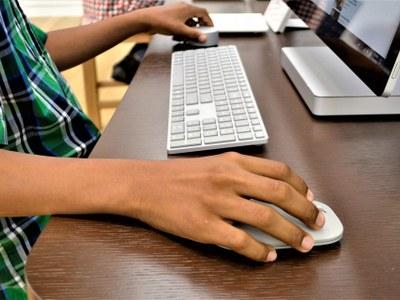 Educació activa un pla d'acció per garantir l'aprenentatge en línia de l'alumnat i acompanyar els docents i els centres en l'ús de les eines digitals