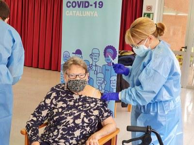 Els majors de 65 anys que han passat la COVID-19 tenen alts nivells d'anticossos protectors als tres mesos de rebre la vacuna, a diferència dels que no l'han passat.