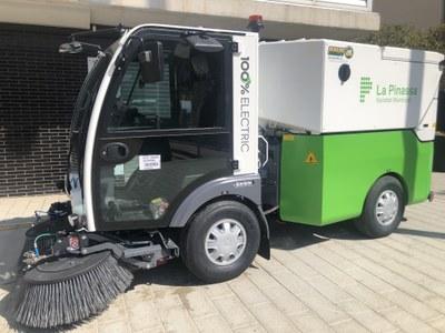 L'Ajuntament presenta la primera escombradora 100% elèctrica al Maresme